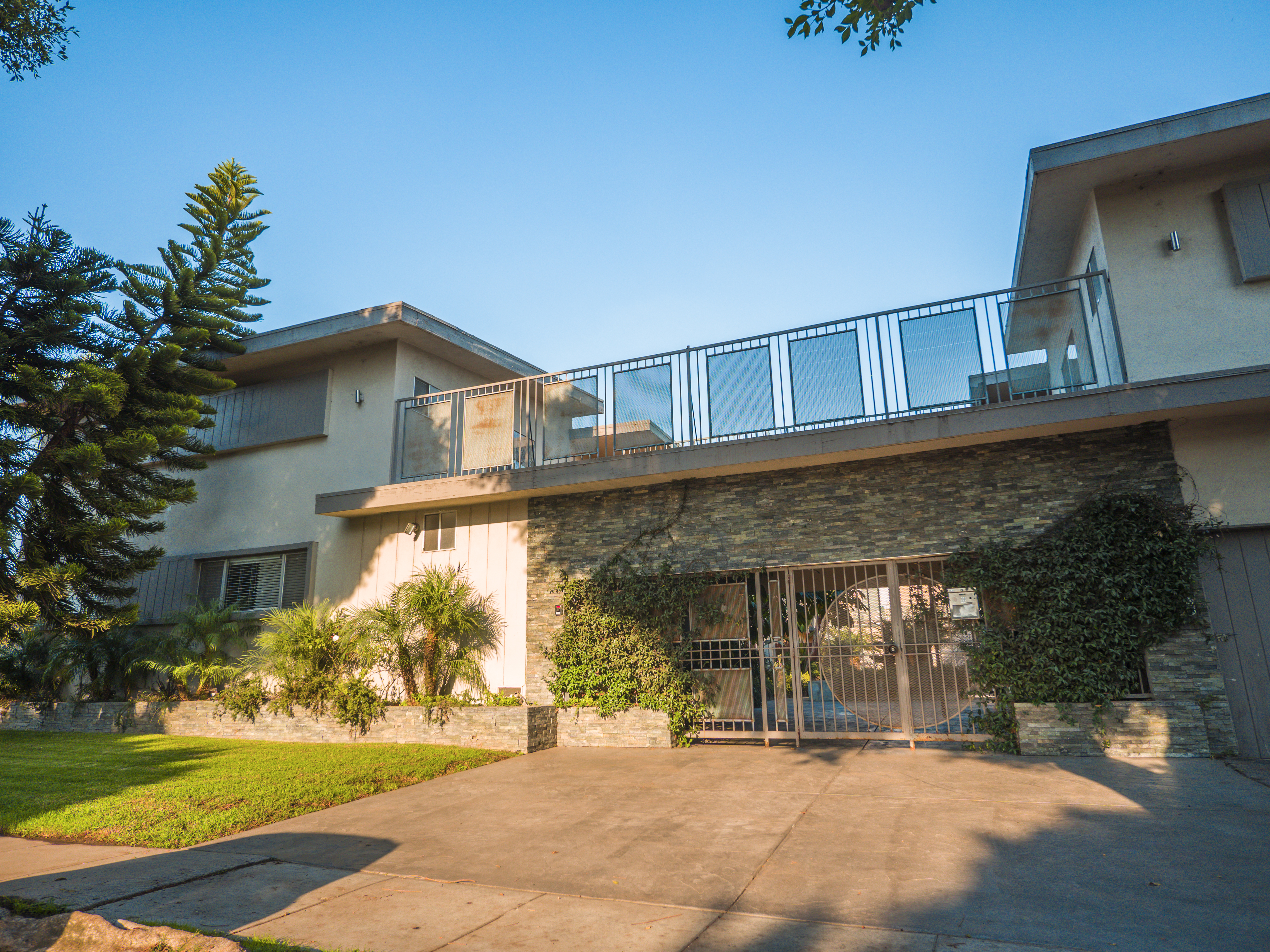 1863 10th St., Santa Monica, CA 90404